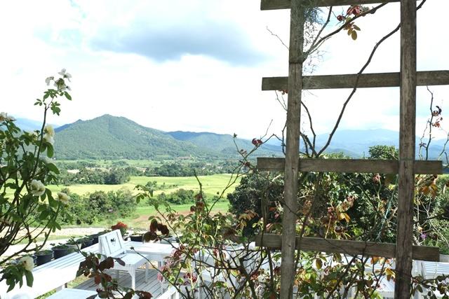 Coffee in Love 咖啡馆有白色桌椅和一望无际的景观。