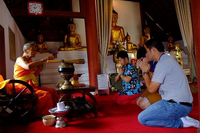僧人为信徒们诵经。