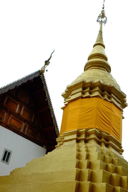 庙宇的后方是一座金塔,究竟是否埋葬着公主,无从考究。