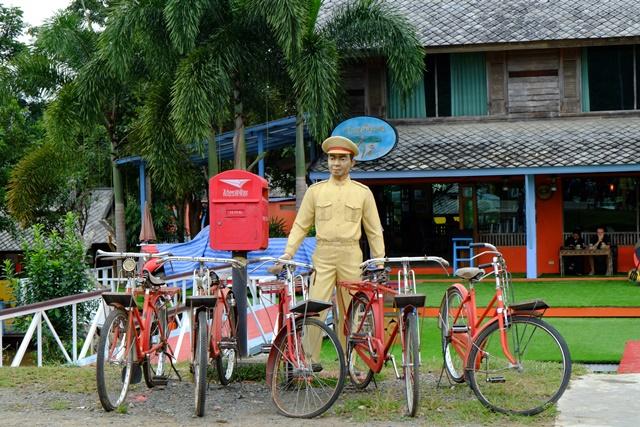 日军的雕像和老旧的脚踏车,说明这里曾是世界第二次大战的地点。
