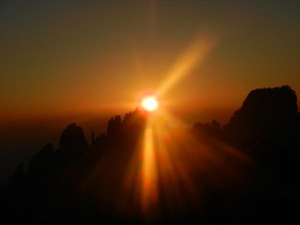 经过特别的安排,让你欲观看黄山的日出还是日落,都会变得轻而易举。