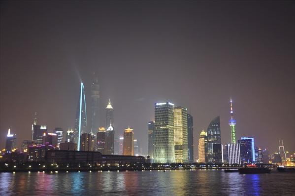 美丽的霓虹灯光,为上海的夜晚带来耀眼亮丽的美景。