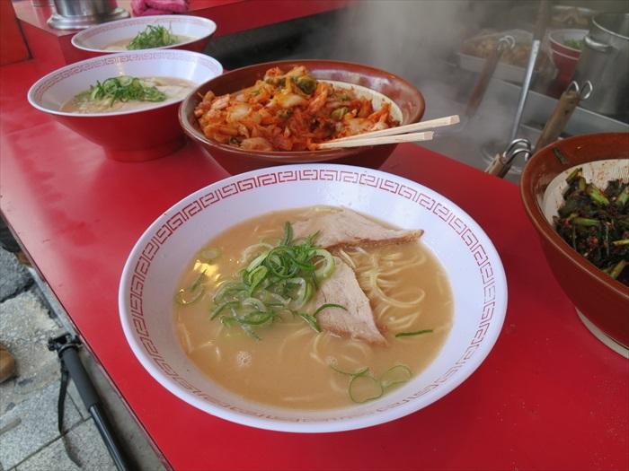 看似简单,但在冷飕飕的天气吃一碗绝对能够让你获得至高无上的满足!喜欢辣的可自行加泡菜调味。