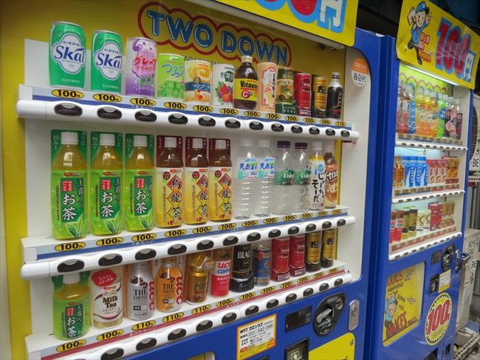 小巷边的饮料贩卖机。