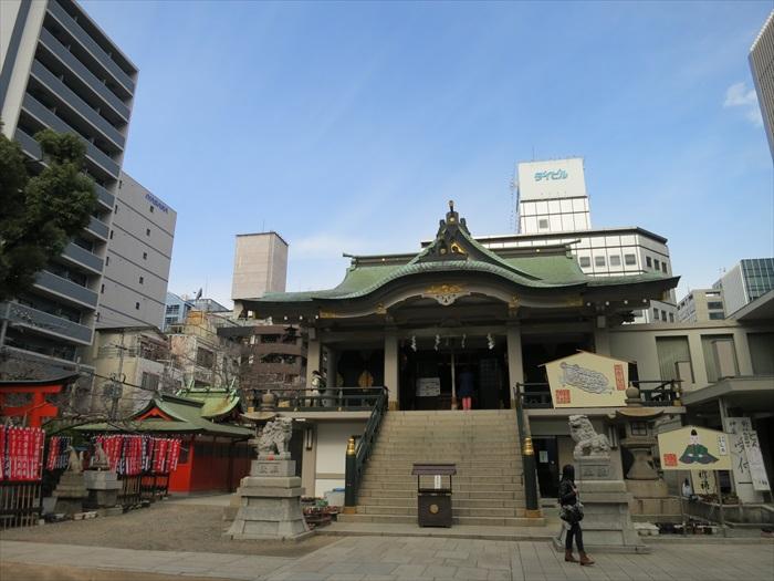 古式建筑和旁边的现代建筑构成冲突感极大的景致。