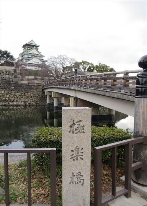 攀过极乐桥,离大阪城又更近了。