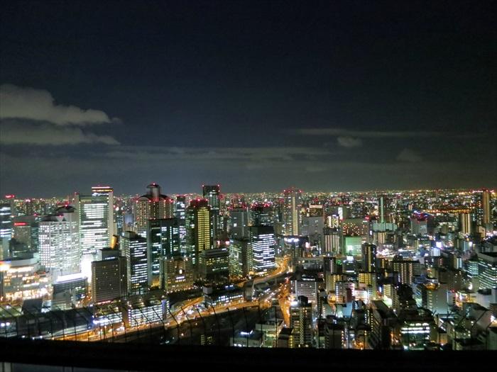 景观台走道呈360度圆形,你可以走一圈饱览大阪景致。