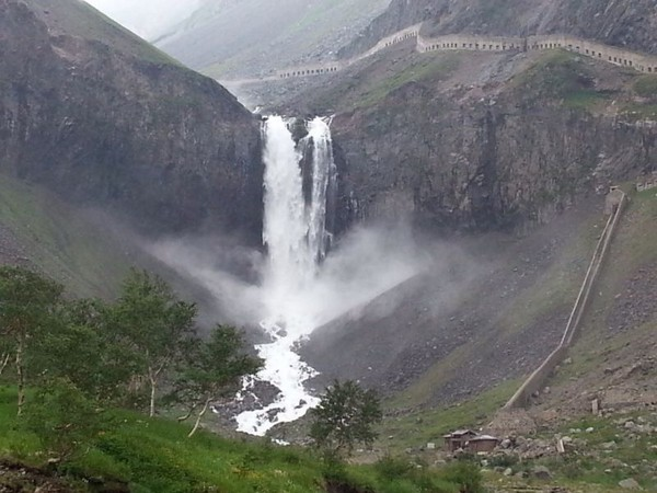 长白瀑布高达60余米,很壮观,距瀑布200米远可以听到它的轰鸣声。