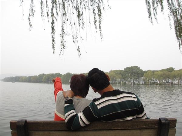 悠闲地坐在湖畔和垂柳下赏景,超写意。