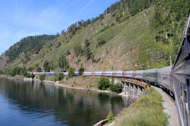 铁路沿着海岸线游走。