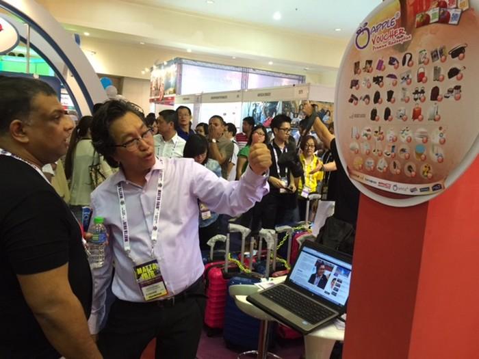 Koh san 介绍购买蘋果旅游配套能兑换的精美旅游用品。
