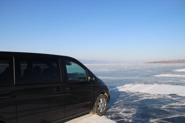 冬天的贝加尔湖,湖面结了冰,汽车也可以在冰上行走。