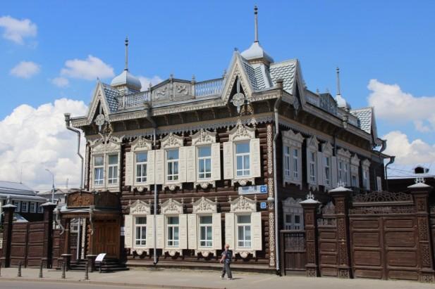 拥有精致雕花的屋檐和窗户的屋子,是这里的一大特色。