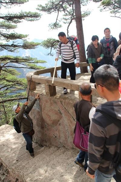 和亲友一同游览黄山,一同耗费体力,却也能一同被黄山之美紧紧环绕。