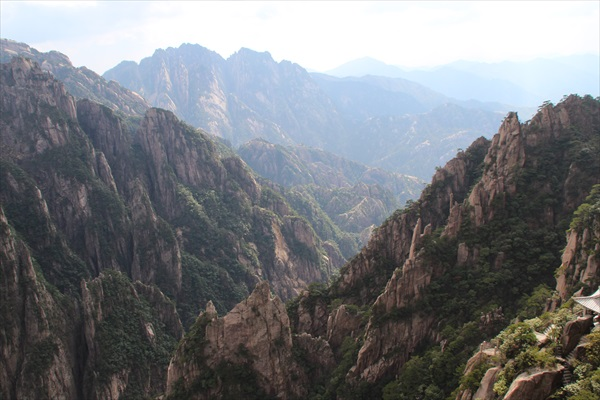 黄山以奇岩怪石闻名。