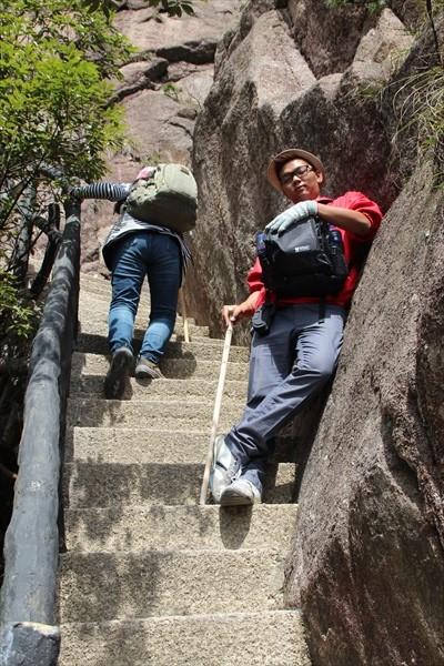 毕竟得攀越数不完的阶梯,适当地运用拐杖可以让你走得更舒适。