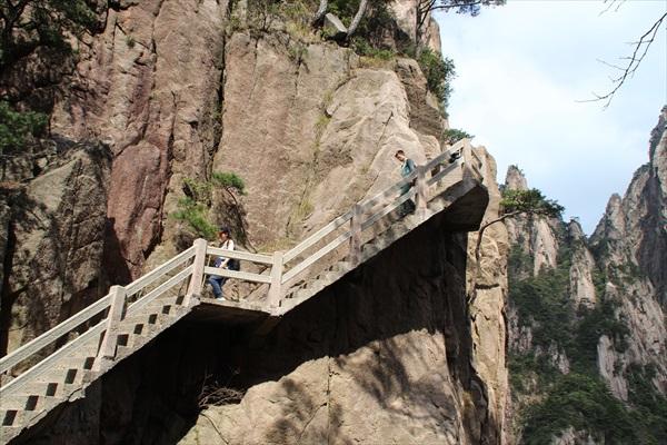 走游在石梯间,考验着双脚耐力的同时,亦给予壮丽美景作为回报。