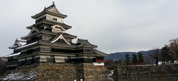 松本城堡被河围绕,也有忍者装扮的工作人员在场内与游客合影。