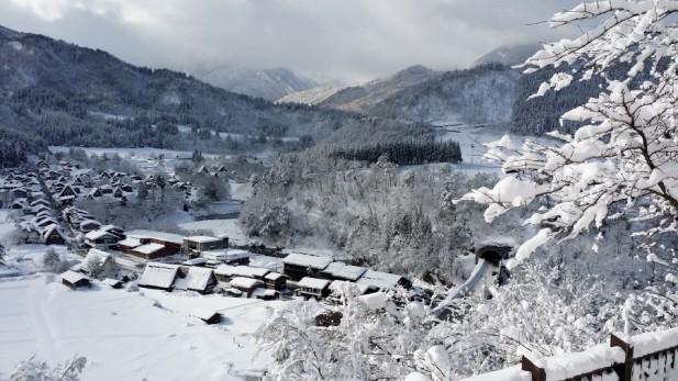 雪景让合掌村有如童话般的仙境。