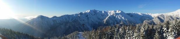 观景台上的视野绝佳,可傲视连绵不绝的雪山美景。
