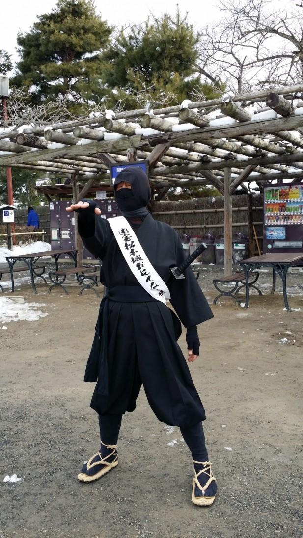 松本城堡被河围绕,也有忍者装扮的工作人员在场内与游客合影。(二)