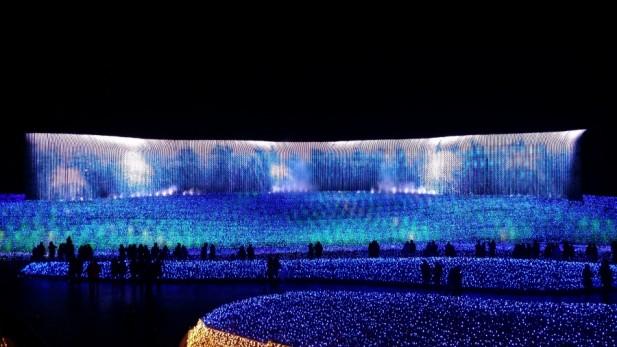 """""""冬华竞演""""巨型LED屏幕的主题是尼加拉瓜瀑布。"""