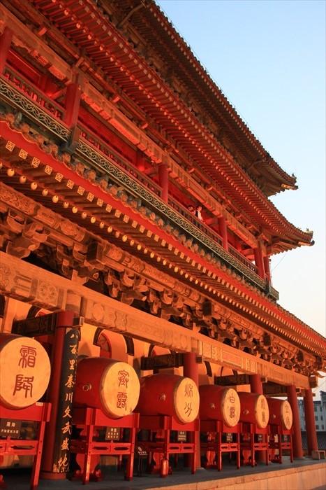 以小篆书书写二十四节气的小鼓,排列在西安鼓楼之上。