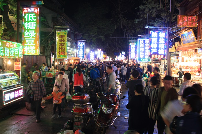 回民街可谓当地美食的不夜城,越晚越热闹。