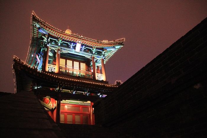 西安城墙上灯火华丽的城楼。