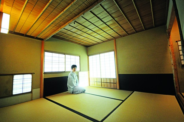 这是小间(桔梗庵),这里的空间比较小,无量也比较矮。据说,当武士们进行茶道时,身上的武器要卸下。