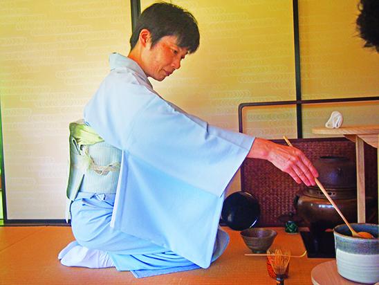 老师现场示范煎煮茶的步骤。
