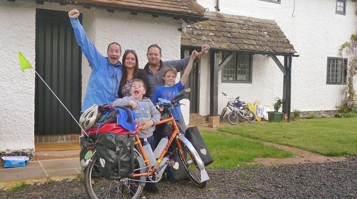 重新出发的马克,因为知道接下来一年内都无法和姐姐见面,所以在离开英国前与姐姐和侄子们度过数天欢乐时光。