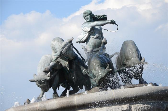女神驾驭四牛的景象,如今被雕塑成雕像栩栩如生地矗立在喷泉上。