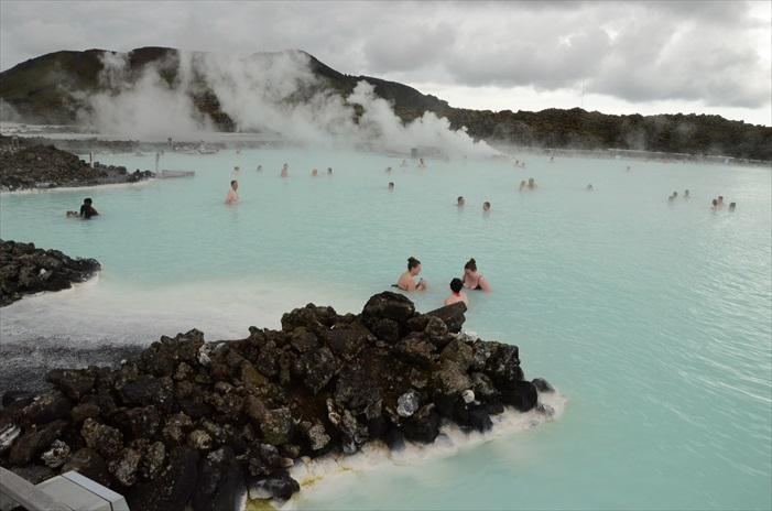 粉蓝色的温泉、黑色的火山岩,以及袅袅蒸气浓烟,造就出脱俗美景。