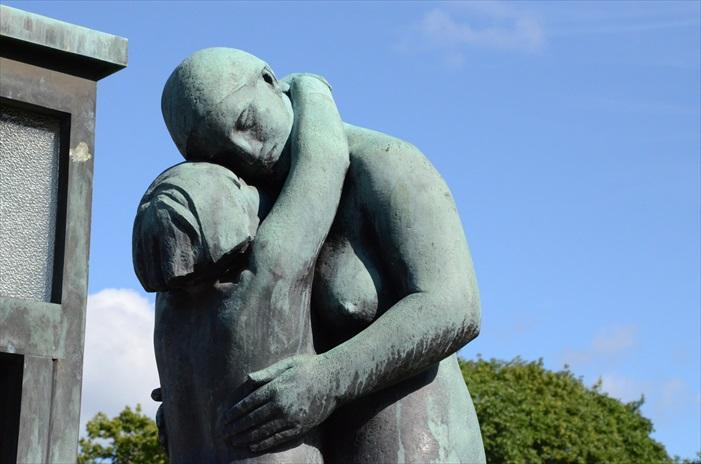 雕像主要以人从生到死为主题。