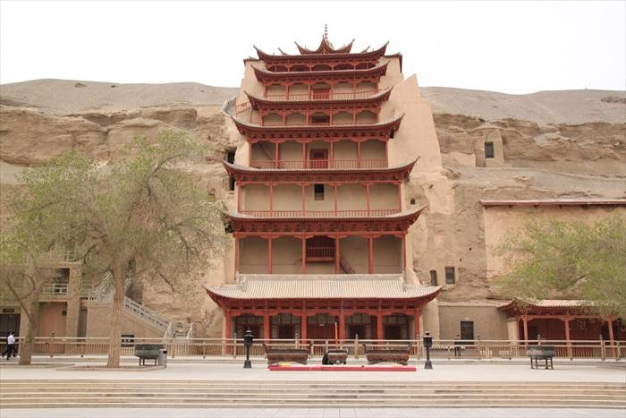 7. 九层楼内藏有莫高窟第一大坐佛像。