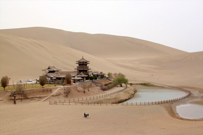"""茫茫大漠中的一泉水,形似新月,故得名""""月牙泉""""。"""