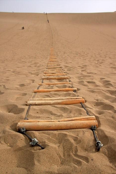 17. 登沙山得靠此梯,方能着力,一步步爬上去。