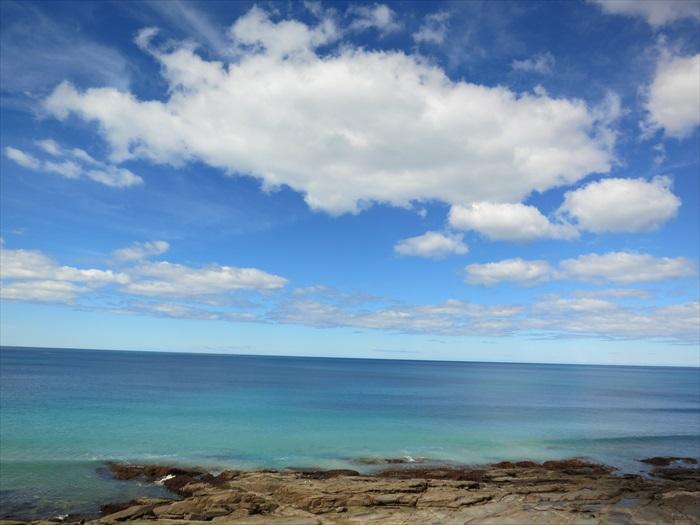 这里的大海真是蓝的可以,从深蓝到浅蓝;从深蓝绿到浅蓝绿,交错晕开。