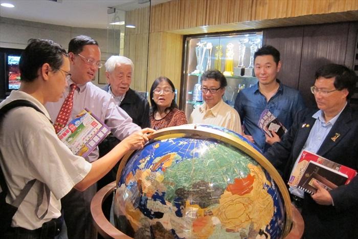 马来西亚中华总商会(中总)执行顾问丹斯里拿督宋兆雄(左三)与大伙对于矗立在蘋果大厦的地球仪感到好奇。