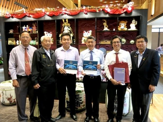 马来西亚中华总商会(中总)执行顾问丹斯里拿督宋兆雄(左2)转送纪念品给李桑(左4)和Koh san(左5)。
