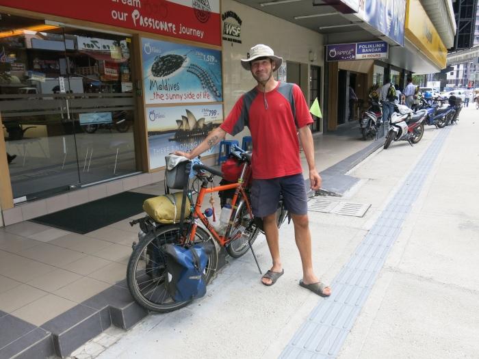 来到吉隆坡的马克。要是你在路上看到他,记得和他打气加油!
