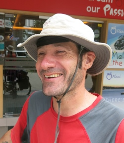 马克带着两套衣物、睡袋、脚踏车修理工具、转账卡、脚踏车,就这样出门一年!