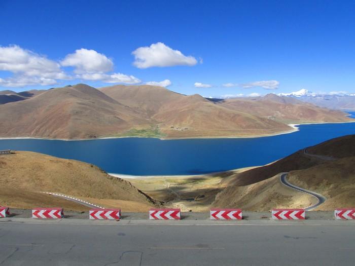 沿路的蓝天白云湖光山色,美极了!