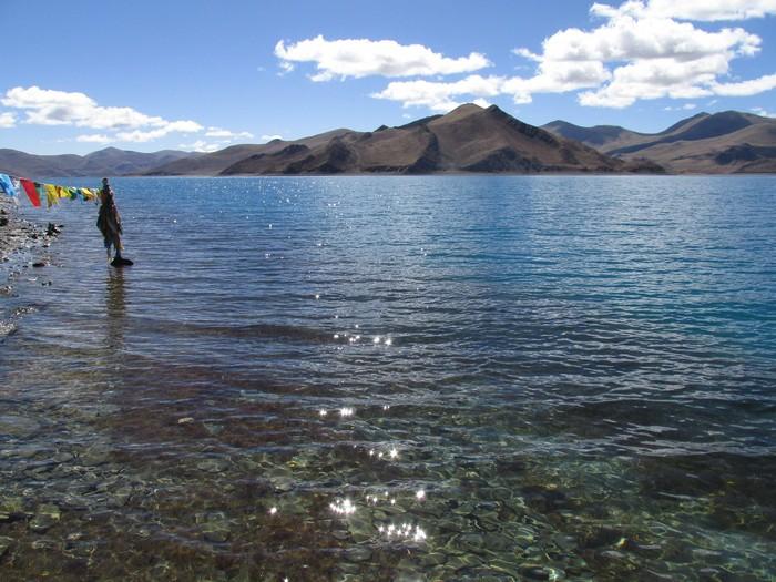 波光粼粼的湖面...