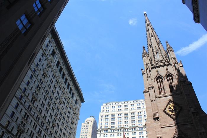 现代和传统建筑同时出现在同一片天空。