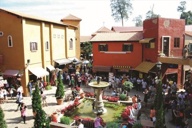 周末的时候,这里总是挤满了人潮,许多泰国游客都爱来到这里度假。