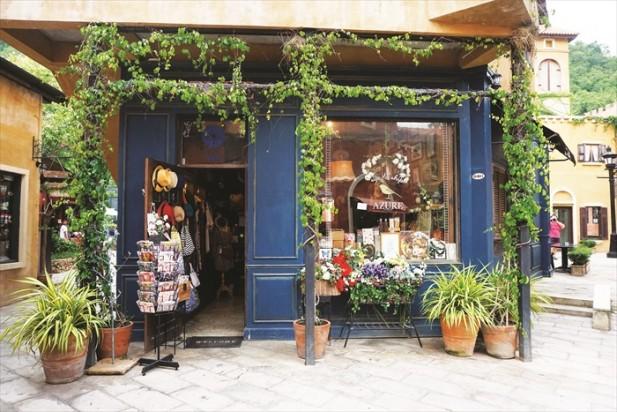 不但主人在建造小镇时充满创意,就连在这里经营商店的店主也会将自己的小店布置得宛如艺术品般。