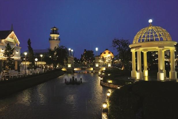到了夜晚时分,园区内灯光亮起,更是有着不一样的浪漫情怀。