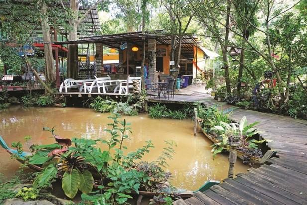 花园沿河而建,各个小屋半隐藏在林木之间,木架桥将小屋连接起来,游客漫步其中,更能感受大自然的馈赠。